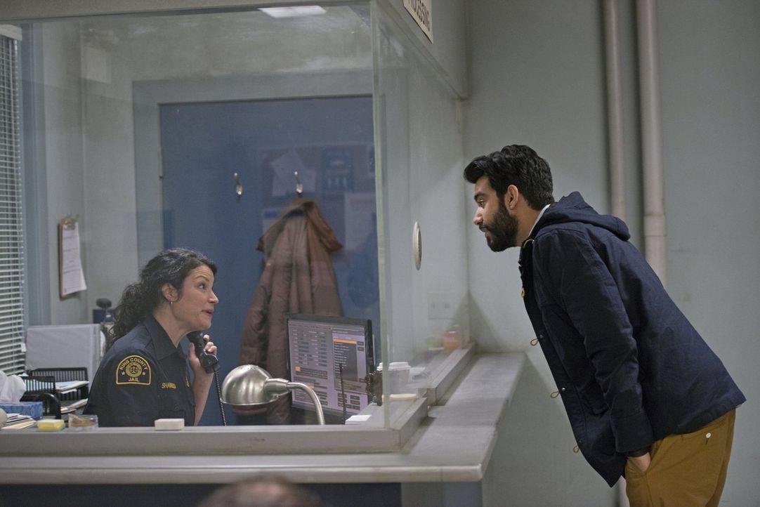 Eigentlich möchte Ravi (Rahul Kohli, r.) seinen Kumpel Major aus dem Gefängnis holen, aber die unfreundliche Beamtin will ihm einfach nicht helfen .... - Bildquelle: Warner Brothers