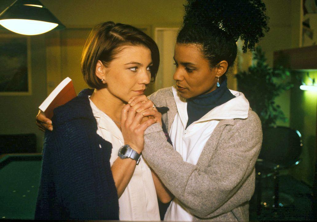 Stephanie (Claudia Schmutzler, l.) und Maria (Adisat Semenitsch, r.) versuchen sich gegenseitig zu trösten, denn beide hatten Kontakt mit Frau Tann... - Bildquelle: Noreen Flynn Sat.1