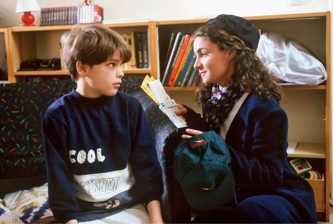 Als Stefanies (Kathrin Waligura, r.) Urlaub gestrichen wird, reist Sohn Alex (Nicolas Kwasniewski-Artajo, l.) zusammen mit seinem Vater nach Paris.... - Bildquelle: Noreen Flynn Sat.1