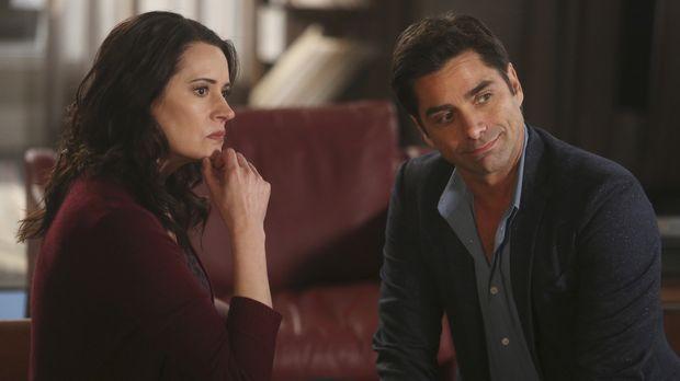Sara (Paget Brewster, l.) und Jimmy (John Stamos, r.) sind entsetzt, als man...