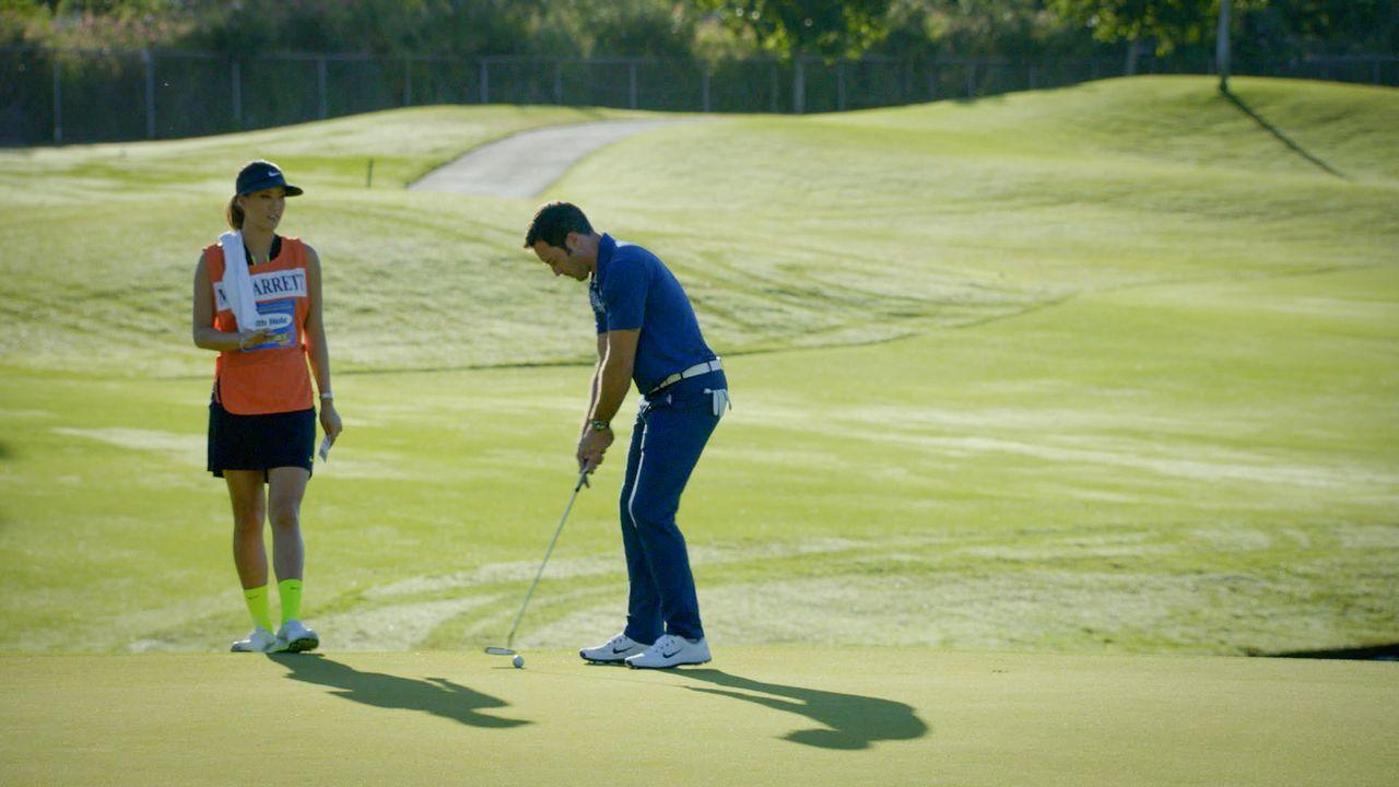 Steve (Alex O'Loughlin, r.) bekommt ganz besonderen Golf-Nachhilfeunterricht von Michelle Wie (Michelle Wie, l.) ... - Bildquelle: 2014 CBS Broadcasting Inc. All Rights Reserved.
