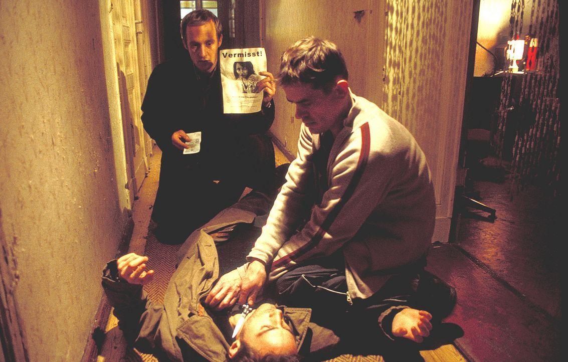 Bei ihren Nachforschungen stoßen Daniel (Benjamin Sadler, liegend) und Reinhard (Stephan Kampwirth, hinten) auf den suspekten Gorresch (Henning Pek... - Bildquelle: ProSieben/Rabold