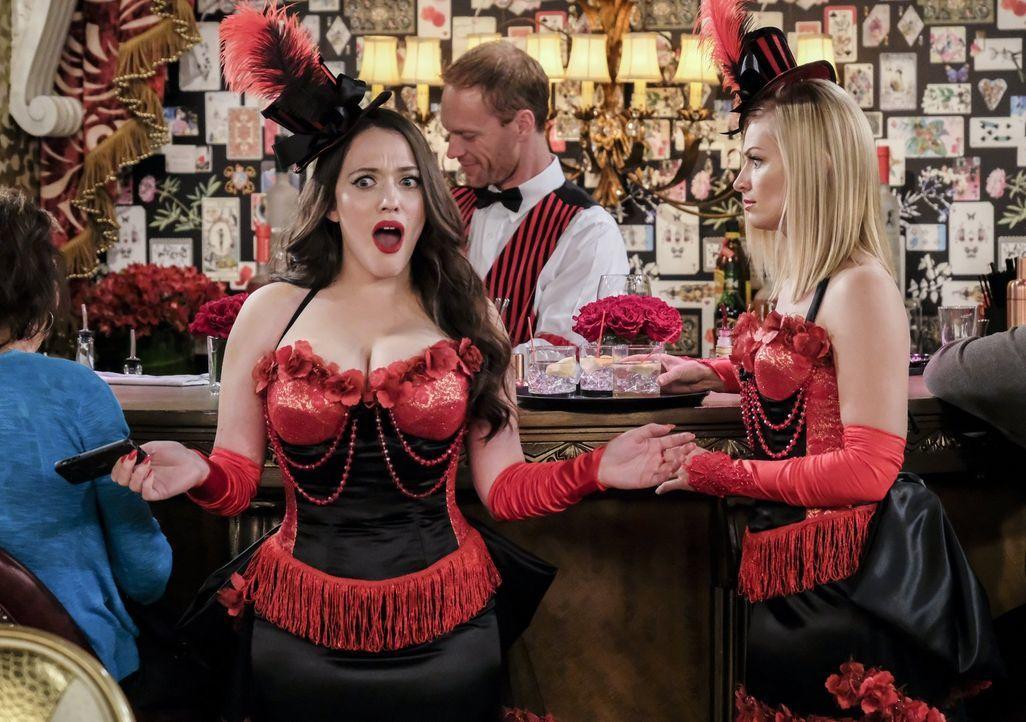 Max (Kat Dennings, l.) versucht verzweifelt Kontakt zu Randy aufzunehmen, während sie und Caroline (Beth Behrs, r.) sich ihren Weg nach New Orleans... - Bildquelle: Warner Bros. Television