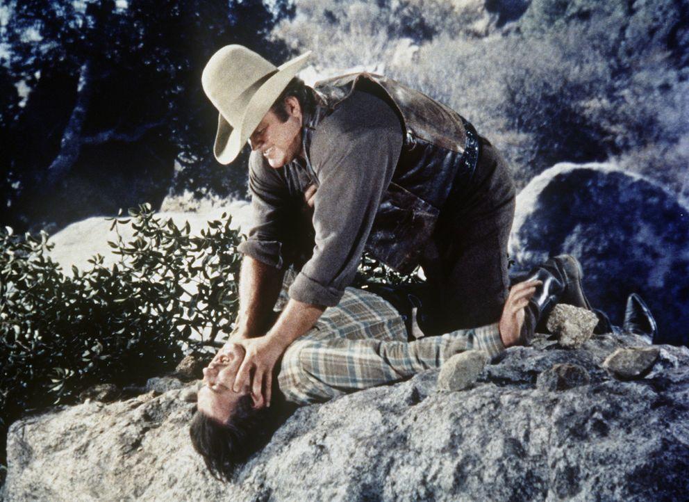 Hoss Cartwright (Dan Blocker, r.) überwältigt den Gauner Thorne (Leo Gordon). - Bildquelle: Paramount Pictures