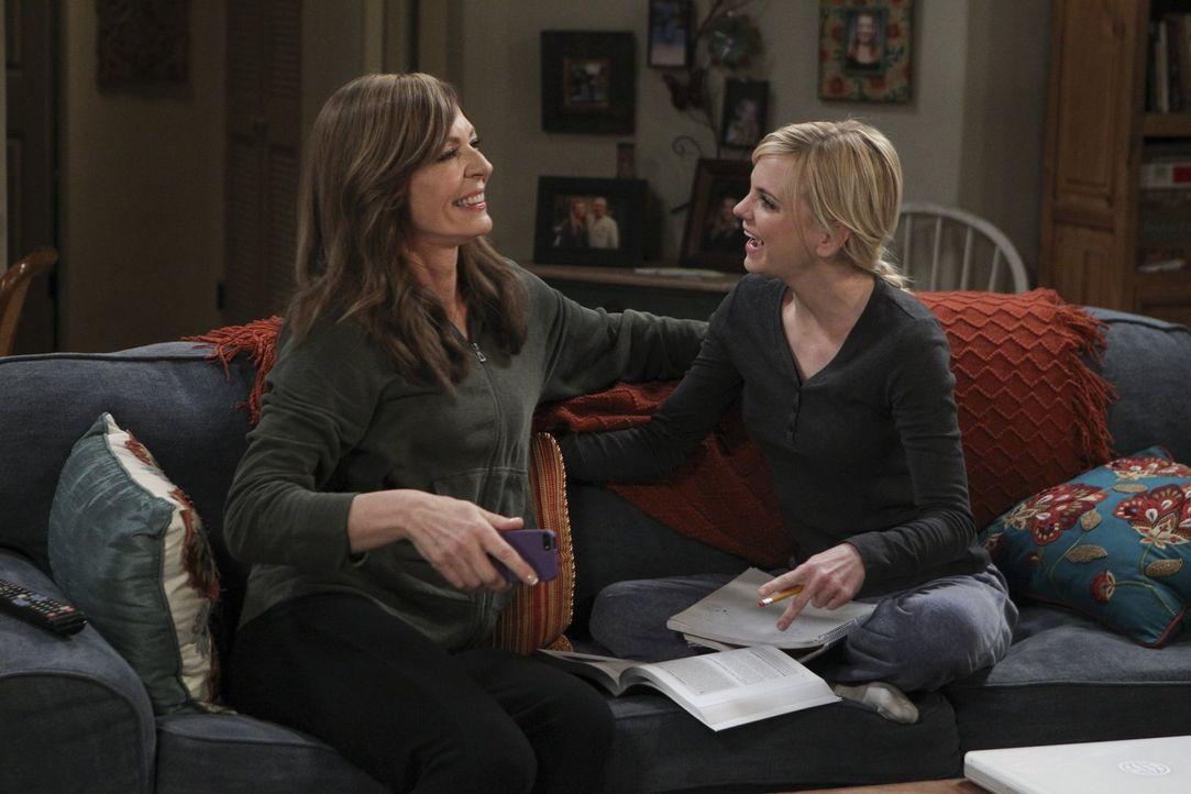 Christy (Anna Faris, r.) freut sich, dass Bonnie (Allison, Janney, l.) den geheimnisvollen Adam noch einmal daten will, nachdem dieser sie das letzt... - Bildquelle: 2015 Warner Bros. Entertainment, Inc.