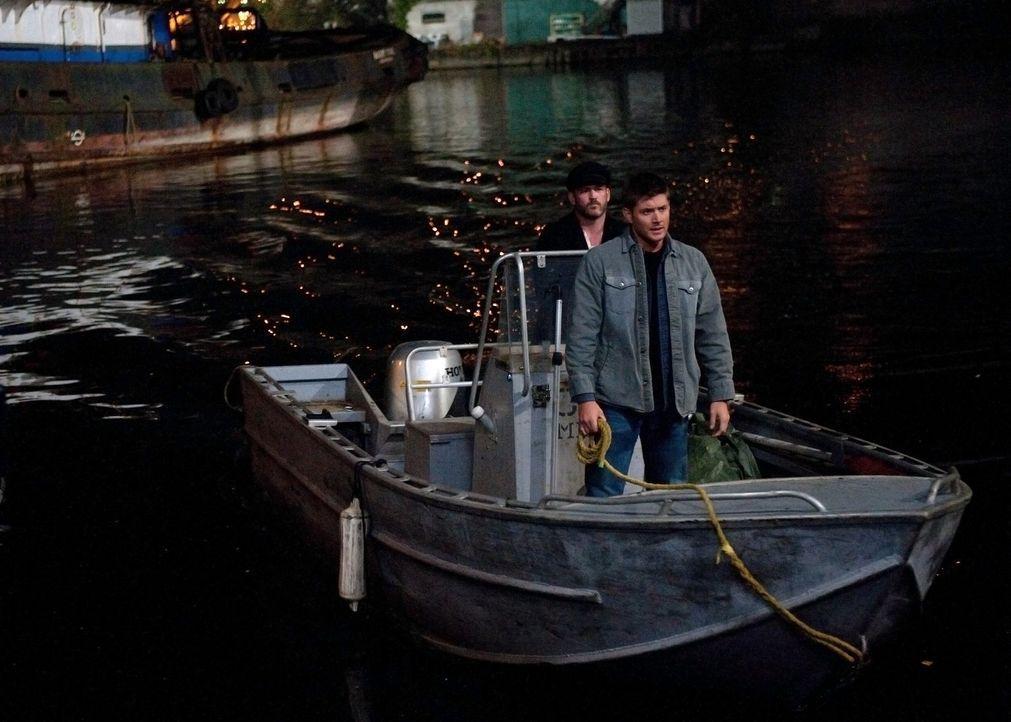 Als Dean (Jensen Ackles, r.) seinen Vampir-Freund Benny (Ty Olsson, l.) bei dessen Rachefeldzug begleitet, bringen sich beide in große Lebensgefahr... - Bildquelle: Warner Bros. Television