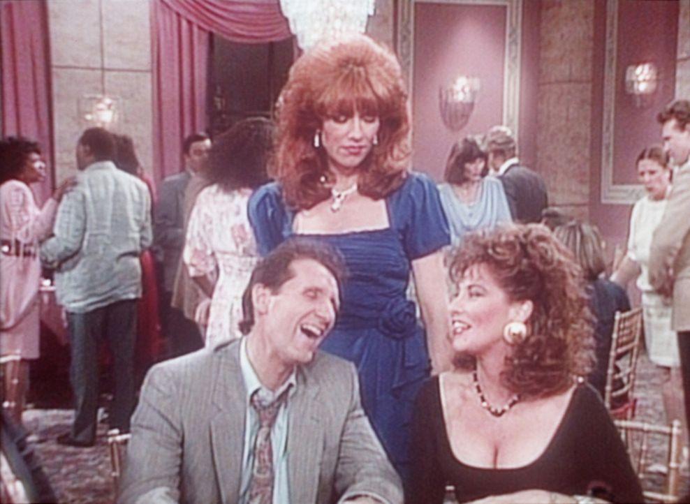 Sehr zum Ärger von Peggy (Katey Sagal, M.) flirtet Al (Ed O'Neill, l.) mit der attraktiven Vicky (Catherine Carlen, r.). - Bildquelle: Columbia Pictures