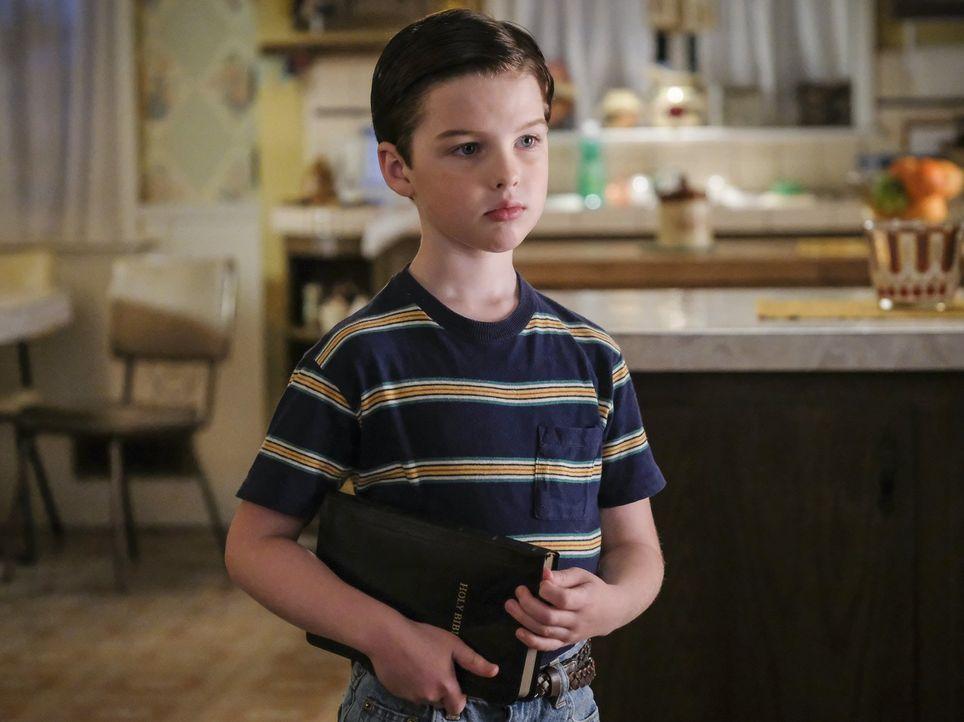 Nachdem ihn seine Mutter zur Sonntagsschule geschickt hat, beginnt Sheldon (Iain Armitage) sich mit der Religion zu beschäftigen - doch leider ander... - Bildquelle: Warner Bros.