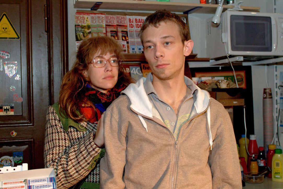Lisa (Alexandra Neldel, l.) beschließt, den an Liebeskummer leidenden Jürgen (Oliver Bokern, r.) aufzumuntern. - (Dieses Foto von Alexandra Neldel... - Bildquelle: Monika Schürle Sat.1