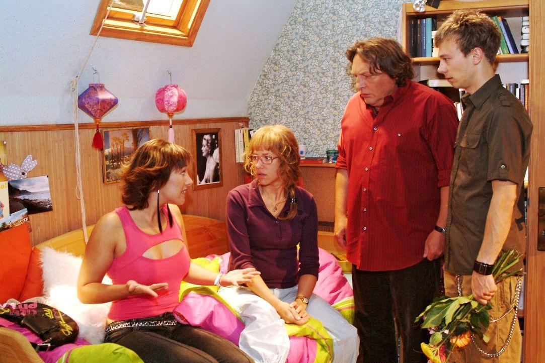 Lisa (Alexandra Neldel, 2.v.l.) sind ihre peinlichen Auftritte zu viel - sie will zur Verblüffung von Yvonne (Bärbel Schleker, l.), ihrem Vater (Vol... - Bildquelle: Monika Schürle Sat.1