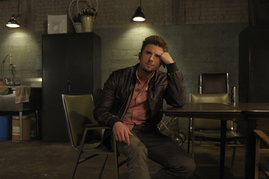 Als er die totgeglaubte Sally wiedertrifft, ist Trent (John Bregar) überwältigt und verwirrt zugleich ... - Bildquelle: Phillipe Bosse 2013 B.H. 2 Productions (Muse) Inc. ALL RIGHTS RESERVED.