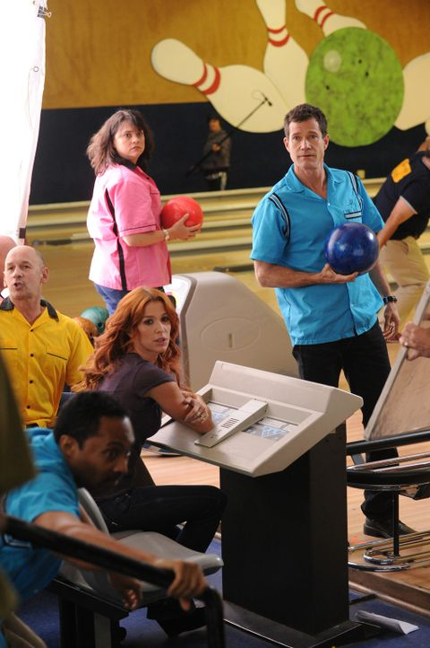Ahnen noch nicht, dass ihr Bowling-Abend durch einen Mordfall gestört wird: Carrie (Poppy Montgomery, 3.v.l.) und Al (Dylan Walsh, r.) ... - Bildquelle: 2011 CBS Broadcasting Inc. All Rights Reserved.