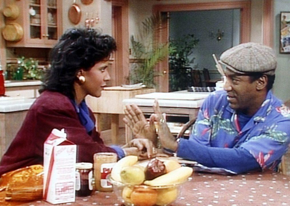 Clair (Phylicia Rashad, l.) und Cliff (Bill Cosby, r.) haben in einem von Theos Schulbüchern einen Joint gefunden und überlegen, was nun zu tun ist. - Bildquelle: Viacom