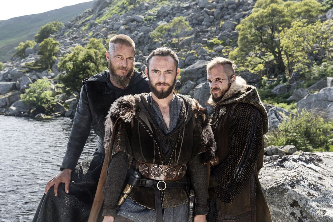 (3. Staffel) - König Ragnar (Travis Fimmel, l.) und seine beiden Vertrauten Floki (Gustaf Skarsgård, r.) und Athelstan (George Blagden, M.). Doch ka... - Bildquelle: 2015 TM PRODUCTIONS LIMITED / T5 VIKINGS III PRODUCTIONS INC. ALL RIGHTS RESERVED.