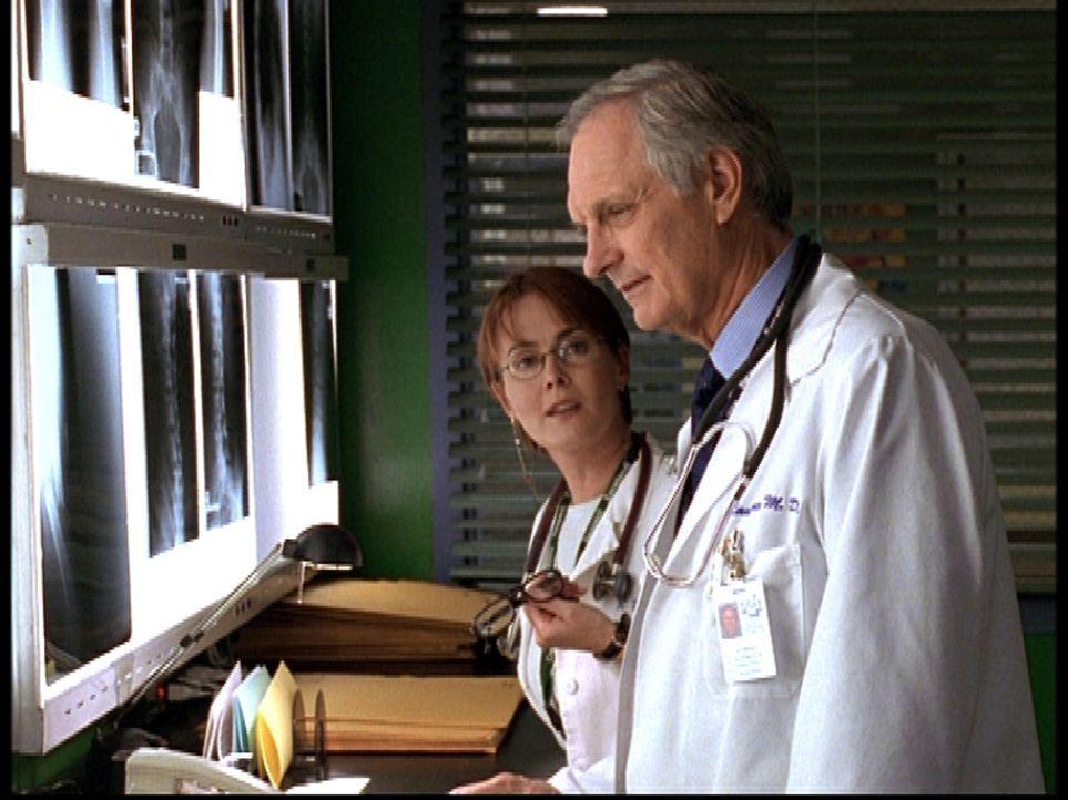Weaver (Laura Innes, l.) hegt den Verdacht, dass Lawrence (Alan Alda, r.) an Alzheimer erkrankt ist. - Bildquelle: TM+  2000 WARNER BROS.