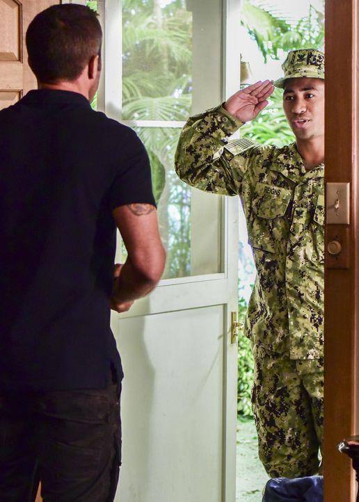 McGarrett (Alex O'Loughlin, l.) bekommt Besuch von Junior Reigns (Beulah Koale, r.), einem ehemaligen Navy-SEAL, der gerade von einem Kriegseinsatz... - Bildquelle: Norman Shapiro 2017 CBS Broadcasting Inc. All Rights Reserved.