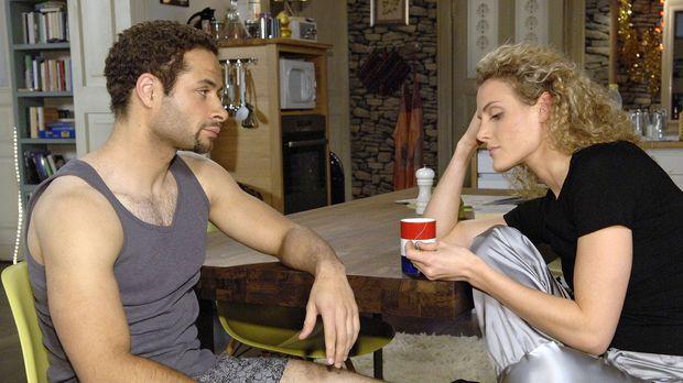 Jannick (Mike Adler, l.) bietet der geknickten Maja (Barbara Lanz, r.) an, si...