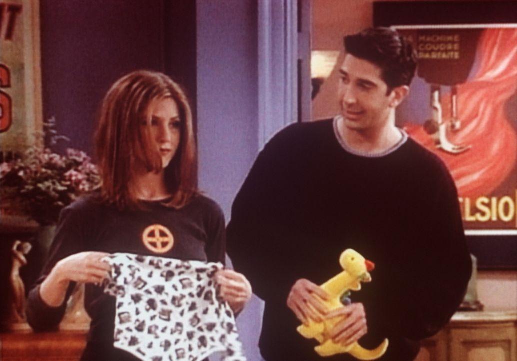 Rachel (Jennifer Aniston, l.) weiß nicht, wie sie Ross (David Schwimmer, r.) erklären soll, dass sein Sohn Ben eine Beule am Kopf hat. - Bildquelle: TM+  2000 WARNER BROS.