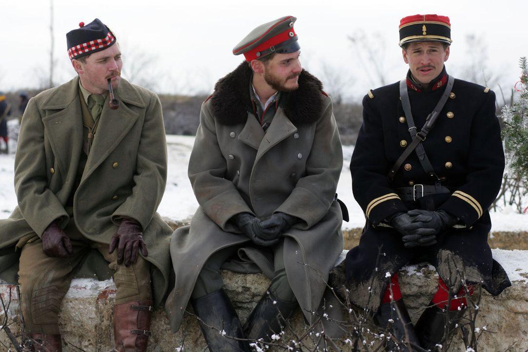 Das Weihnachtsfest bringt auch erbitterte Feinde zusammen: die Befehlshaber (v.l.n.r.)  Alex Ferns, Daniel Brühl und Guillaume Canet  ... - Bildquelle: Lolafilms S.A.
