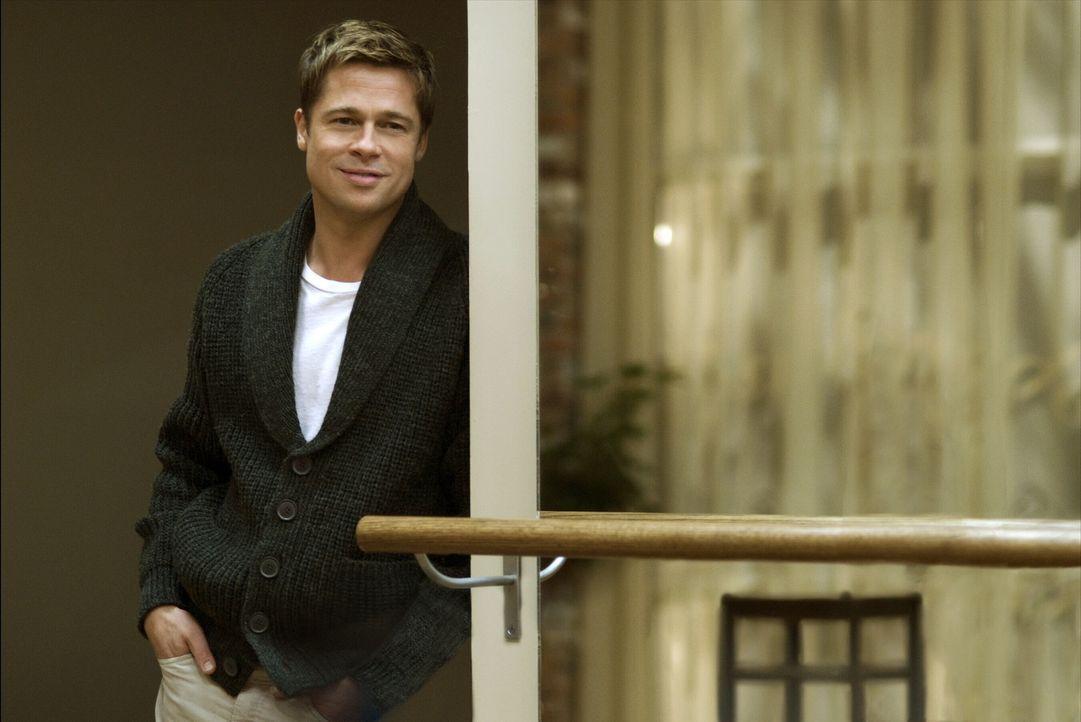 Benjamin Button (Brad Pitt) muss er sich einer Welt anpassen, in der die Uhren entgegengesetzt zu seiner eigenen laufen. Denn er altert rückwärts:... - Bildquelle: 2009   Warner Brothers
