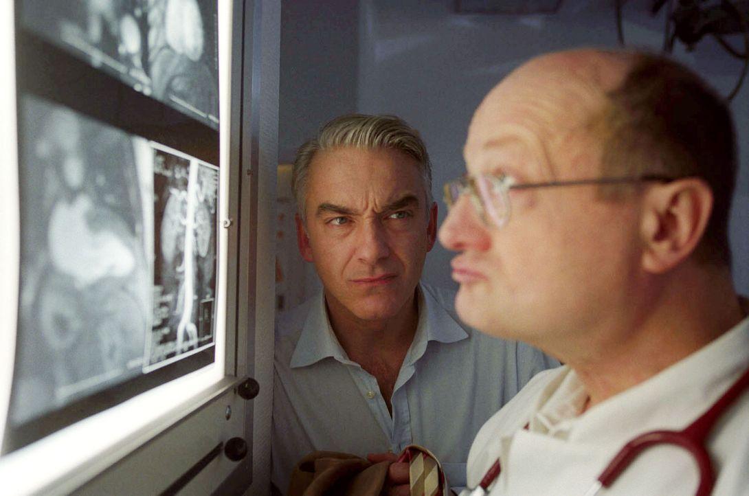 Gemeinsam mit Dr. Specht (Stefan Rutz, r.) geht Felix (Christoph M. Ohrt, l.) seinen Herzrhythmusstörungen auf den Grund ... - Bildquelle: Hardy Spitz Sat.1