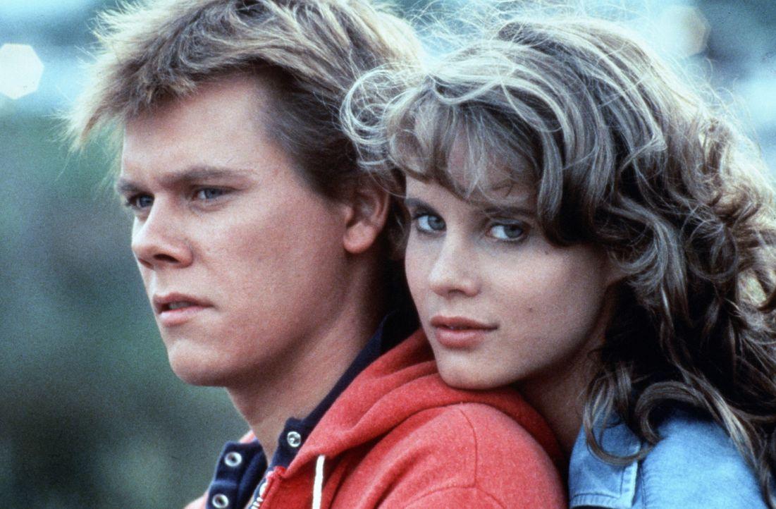 Ren McCormack (Kevin Bacon, l.) verliebt sich ausgerechnet in Ariel Moore (Lori Singer, r.), die Tochter des örtlichen Baptisten-Predigers ... - Bildquelle: 1984 by Paramount Pictures Corporation. All rights reserved.