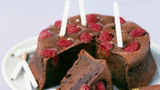 schokoladenkuchen mit himbeeren leckerer kuchen nach rezept. Black Bedroom Furniture Sets. Home Design Ideas