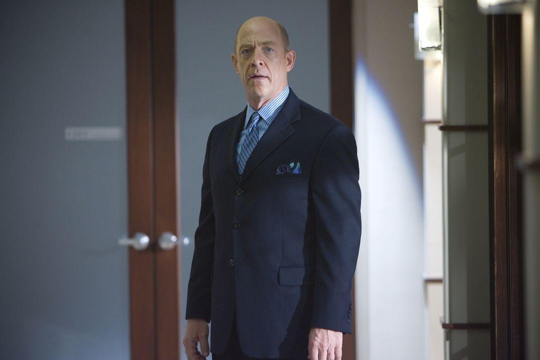 Will (J.K. Simmons) bittet Brenda, vor Gericht ein Charakterzeugnis abzulegen, doch dann kommt etwas aus ihrer Vergangenheit ans Licht, dass ihre Ro... - Bildquelle: Warner Brothers
