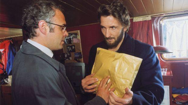 Hofmann (Jophi Ries, l.) übergibt seinem Ex-Partner Novak (Mark Keller, r.) e...