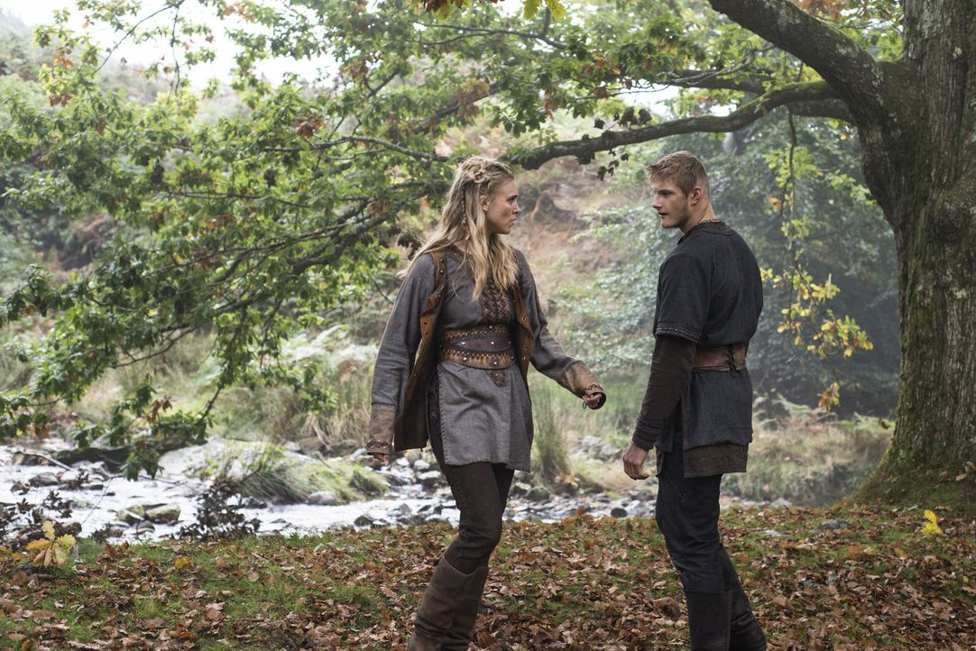 Während es zwischen König Horik und Ragnar zu einem Kampf auf Leben und Tod kommt, kämpft Bjorn (Alexander Ludwig, r.) weiter um die Gunst von Porun... - Bildquelle: 2014 TM TELEVISION PRODUCTIONS LIMITED/T5 VIKINGS PRODUCTIONS INC. ALL RIGHTS RESERVED.
