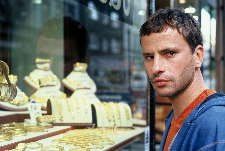 Kann beobachten, wie der Albaner Zogu von den umliegenden Geschäften Schutzgelder erpresst: Timo (Frank Stieren) ... - Bildquelle: Menke Sat.1