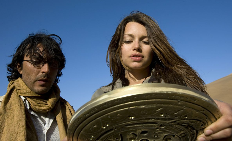 In der Sternenscheibe sieht Johanna (Cosma Shiva Hagen, r.) eine schreckliche Zukunft für die Menschheit. Gelingt es ihr und Simon (Olivier Sitruk,... - Bildquelle: ProSieben