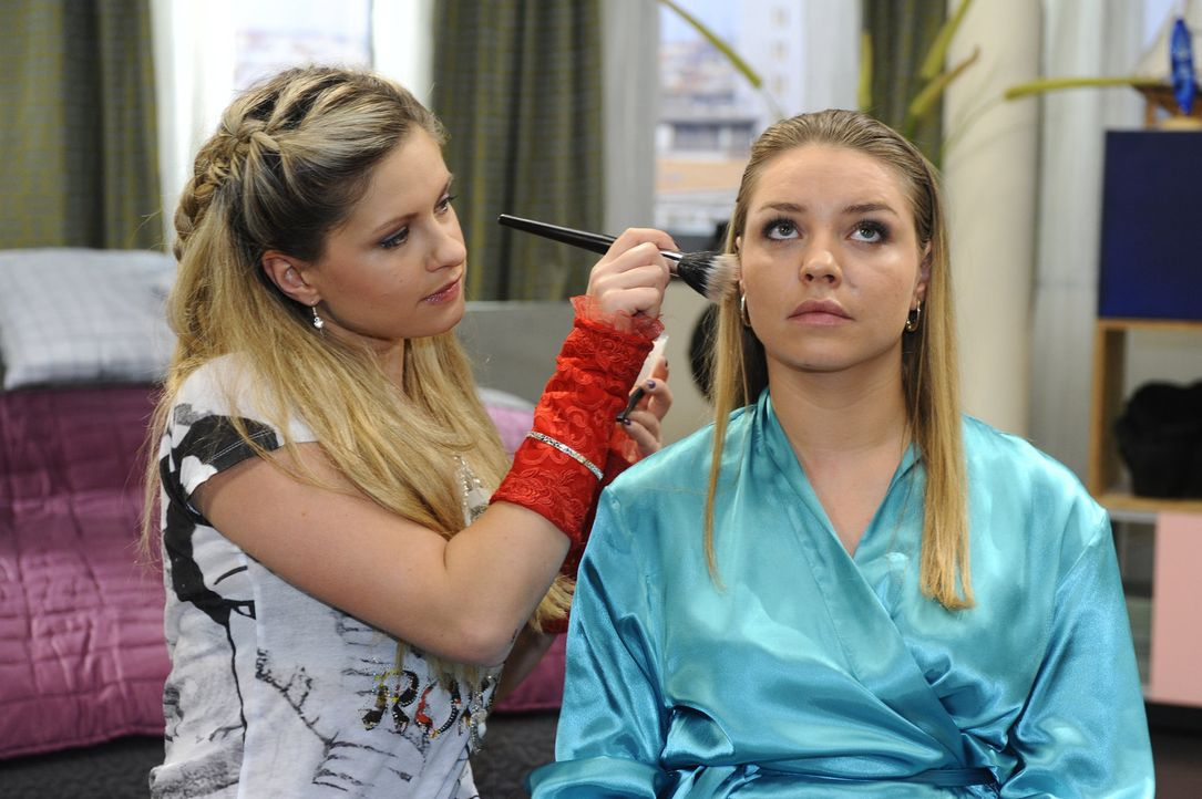 Mia (Josephine Schmidt, l.) hilft Anna bei der Pflege von Katja (Karolina Lodyga, r.) - mit fatalen Folgen ... - Bildquelle: SAT.1