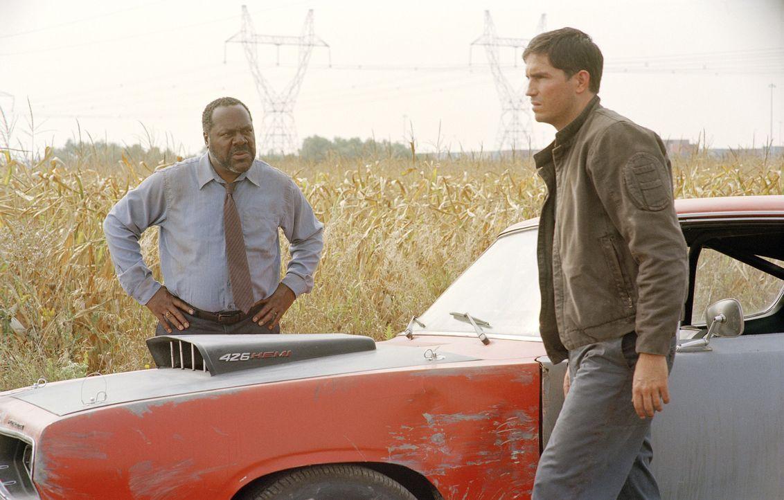 Dem Autobahn-Killer auf der Spur: Will Macklin (Frankie Faison, l.) und Renny Cray (James Caviezel, r.) ... - Bildquelle: Warner Bros.