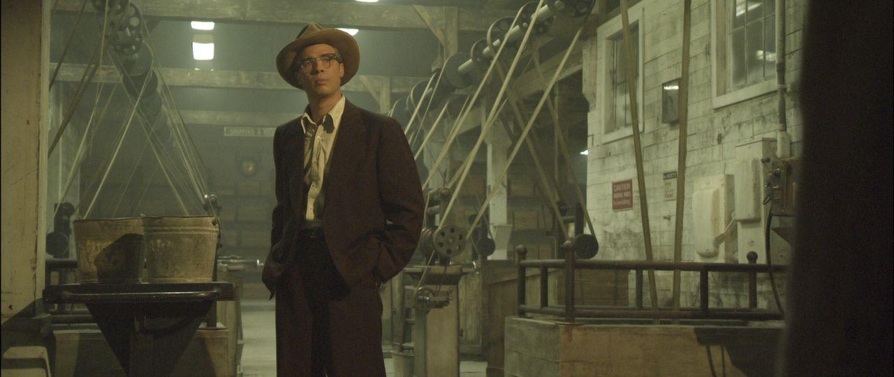 Vom Greis zum Säugling: Anstatt zu altern, wird Benjamin Button (Brad Pitt, l.) täglich immer jünger. Als er seine große Liebe wiedertrifft, sind be... - Bildquelle: 2009   Warner Brothers