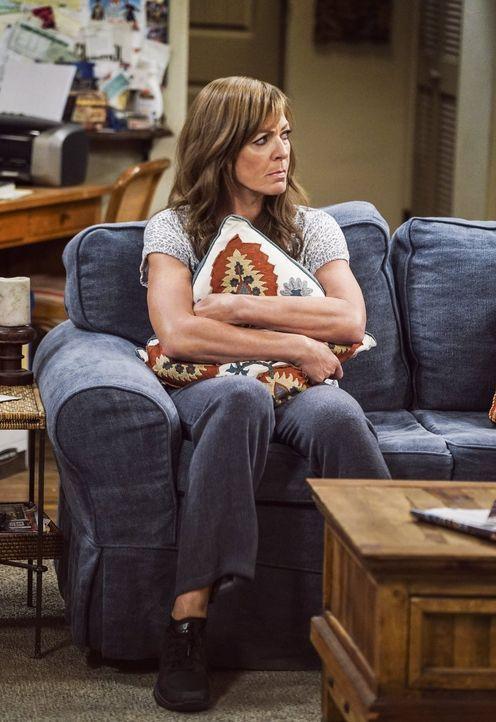 Je schlechter die Beziehung zu Adam läuft, desto unwohler fühlt sich Bonnie (Allison Janney). War es die falsche Entscheidung, ihn vorrübergehend ei... - Bildquelle: 2016 Warner Bros. Entertainment, Inc.