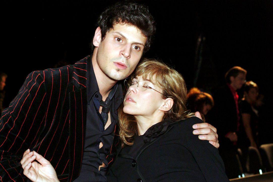 Nach dem Kuss von David fällt Lisa (Alexandra Neldel, r.) ohnmächtig in Rokkos (Manuel Cortez, l.) Arme. (Dieses Foto von Alexandra Neldel darf nur... - Bildquelle: Monika Schürle Sat.1