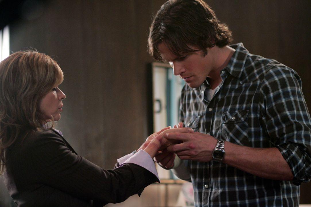 Diana Ballard (Linda Blair, l.) zeigt Sam (Jared Padalecki, r.) ihre Blutergüsse, die nur von einem Dämonen stammen können ... - Bildquelle: Warner Bros. Television