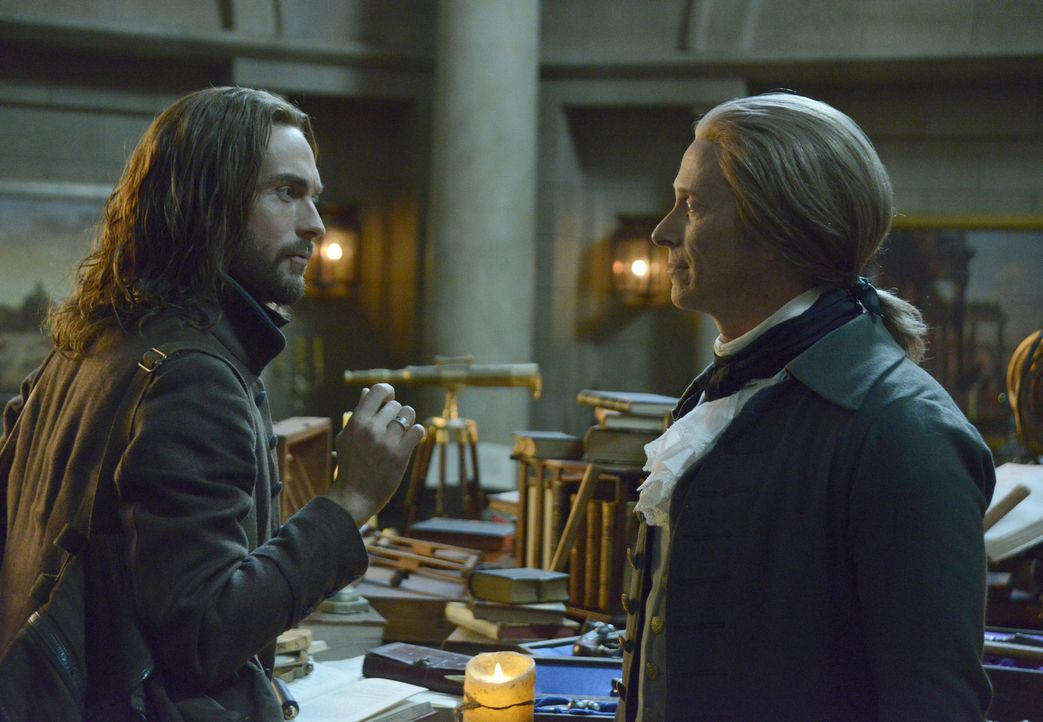 Während Ichabod (Tom Mison, l.) auf seinen ehemals guten Freund Thomas Jefferson (Steven Weber, r.) trifft, macht Jenny eine erschreckende Entdeckun... - Bildquelle: 2014 Fox and its related entities. All rights reserved