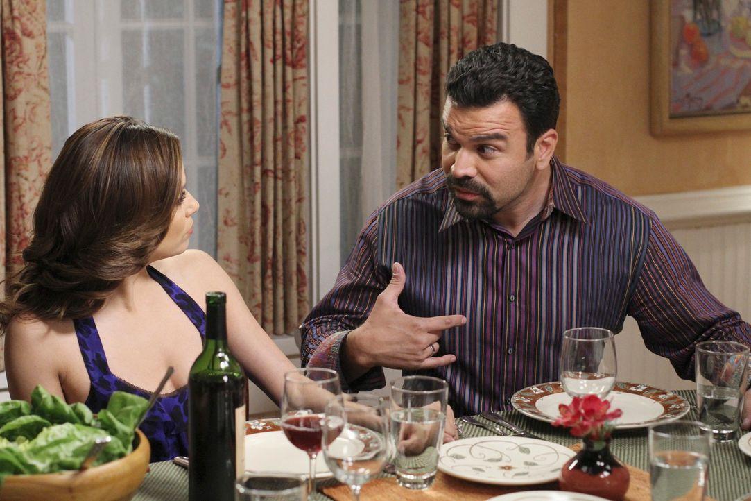Gabrielle (Eva Longoria, l.) und Susan finden heraus, dass Carlos (Ricardo Antonio Chavira, r.) und Mike ein Geheimnis vor ihnen haben. natürlich la... - Bildquelle: ABC Studios