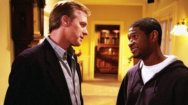 Will (Usher Raymond, r.) bietet Eric (Stephen Collins, l.) einen Job beim Col...