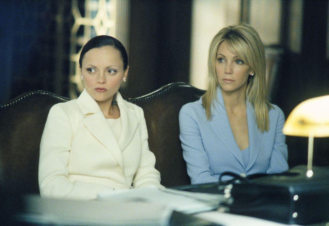 Liza (Christina Ricci, l.) verteidigt  Nicole Naples (Heather Locklear, r.), die gleichzeitig mit zwei Männern verheiratet ist und keinen von beiden... - Bildquelle: 2002 Twentieth Century Fox Film Corporation. All rights reserved.