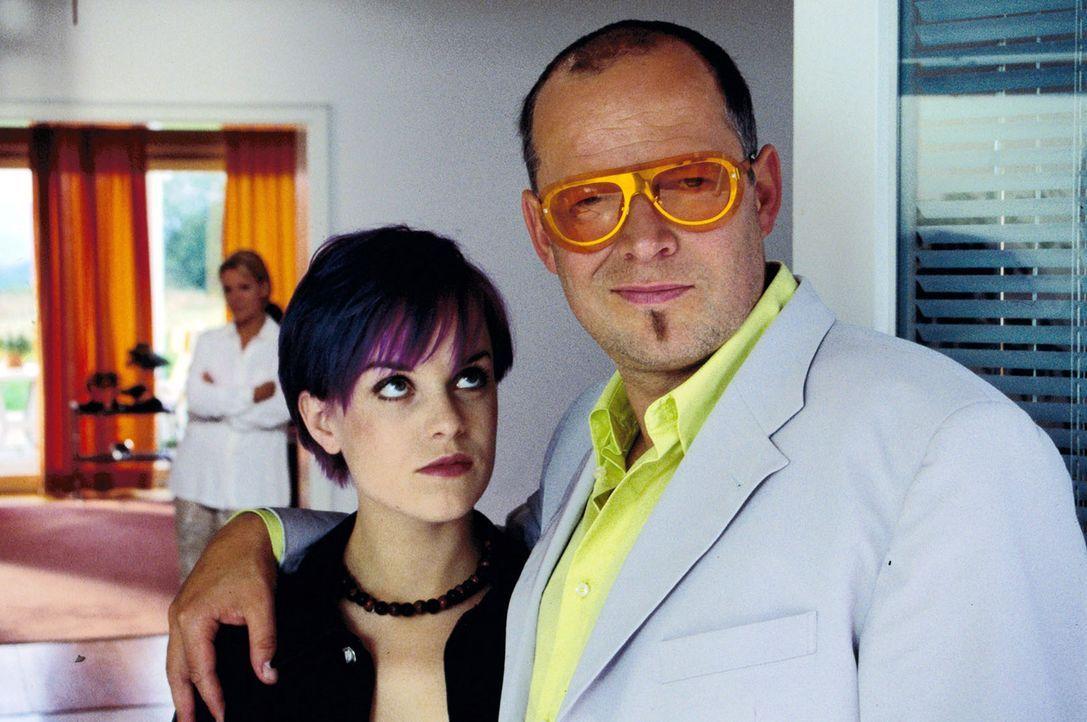 Isabelle (Friederike Kempter, l.) will plötzlich nicht mehr zu ihrem Vater (Axel Milberg, r.) ziehen ... - Bildquelle: Thiele Sat.1