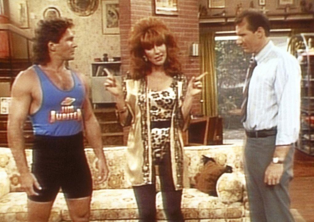 Al (Ed O'Neill, r.) gefällt es überhaupt nicht, dass der Fernsehstar Jim Jupiter (Tom Lahm, l.) Peggy (Katey Sagal, M.) Privatunterricht gibt. - Bildquelle: Columbia Pictures