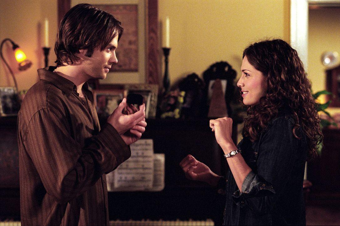 Matt (Barry Watson, l.) und Sarah (Sarah Danielle Madison, r.) haben ihren ersten Streit. Er fühlt sich bei den Hochzeitsvorbereitungen zu wenig ein... - Bildquelle: The WB Television Network