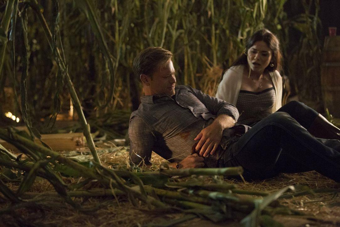 Eigentlich wollten Alaric (Matthew Davis, l.) und Jo (Jodi Lyn O'Keefe, r.) einen schönen Abend zusammen verbringen, aber ein Unfall bringt alles du... - Bildquelle: Warner Bros. Entertainment, Inc