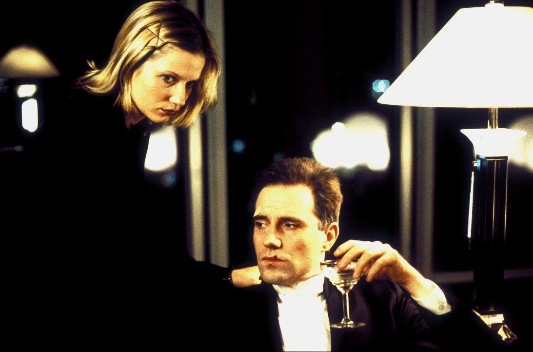 In seiner Verzweiflung sucht Moderator Löwe (Stefan Kurt, r.) Trost bei seiner Assistentin Bibi von Ohlen (Doreen Jacobi, l.). Kann sie ihm widerste... - Bildquelle: Ines Gellrich ProSieben