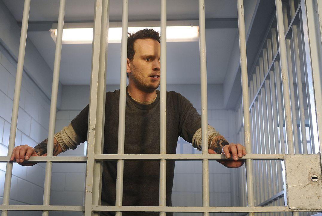 Shane (Ben Cotton) will endlich wieder aus dem Knast - doch Charlie sieht gar nicht ein, ihn wieder auf freien Fuß zu setzen ... - Bildquelle: 2009 CBS Studios Inc. All Rights Reserved.