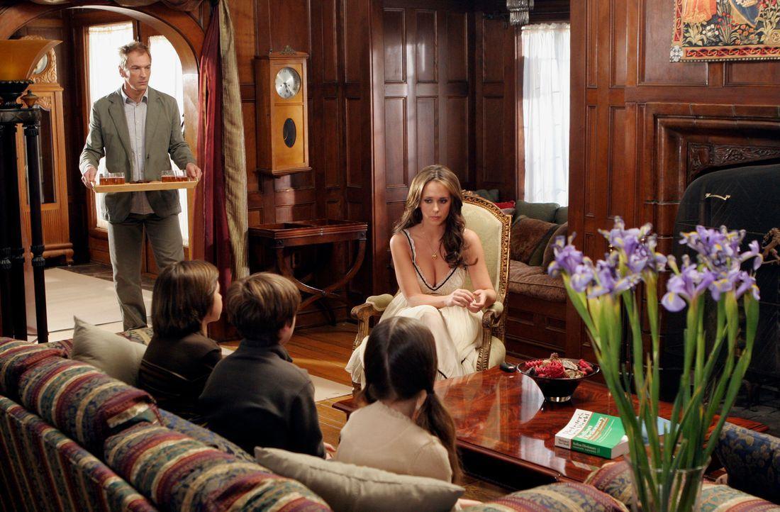 Zusammen mit Ethan Clarks (Julian Sands, l.) Hilfe, versucht Melinda (Jennifer Love Hewitt, hinten r.) das rätselhafte Puzzle zusammenzusetzen … - Bildquelle: ABC Studios