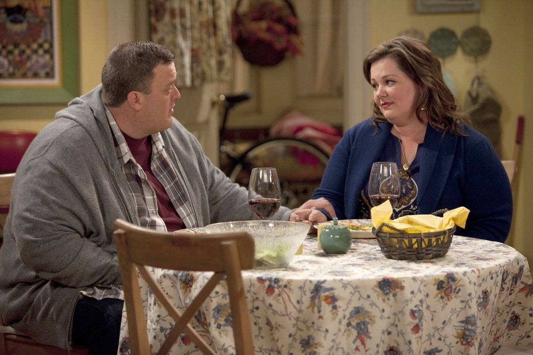 Der strenge Winter zwingt Mike (Billy Gardell, l.) und Carl dazu Doppelschichten zu machen, so dass Mike kaum Zeit für Molly (Melissa McCarthy, r.)... - Bildquelle: 2010 CBS Broadcasting Inc. All Rights Reserved.